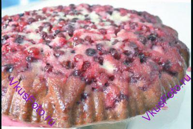 Выпекать клюквенный пирог-перевертыш в духовке при температуре 180 градусов в течении 35-40 минут. После того как пирог испечется, выложить его на блюдо, перевернув форму.