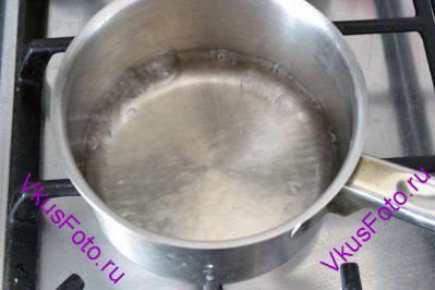В ковшике вскипятить воду.