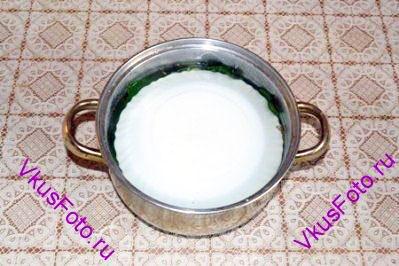 Отдельно вскипятить воду и растворить в ней соль. Полученным рассолом залить огурцы и поставить гнет. Держать при комнатной температуре до остывания воды, затем переставить в холодильник на сутки.
