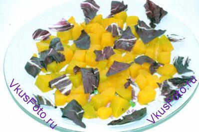 Сверху нарвать листья салата радикьо.