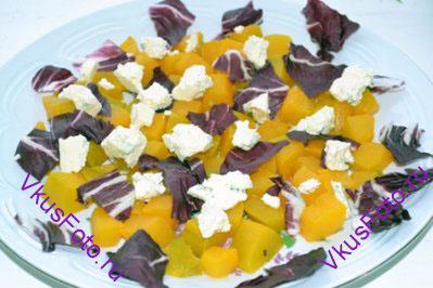 Сыр с плесенью разломать на небольшие кусочки и разложить на салат.