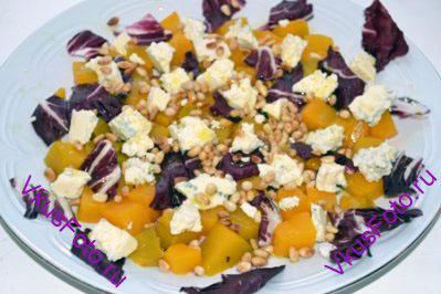 Посыпать салат кедровыми орехами и сбрызнуть оливковым маслом. Салат готов!