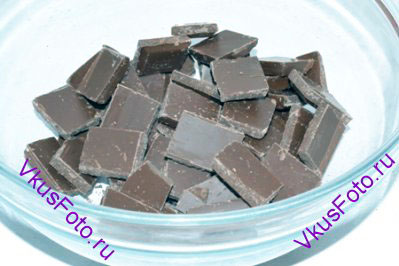 Шоколад разломать на плитки и положить в жаропрочную миску.