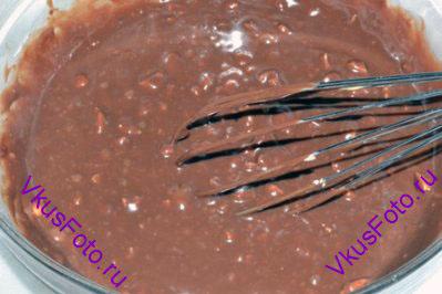 Перемешать, следя за тем чтобы орехи распределились по всей шоколадной массе.