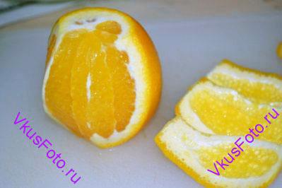 С апельсина ножом снять цедру.