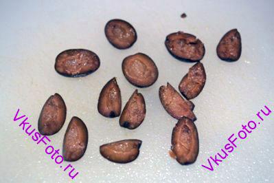 Из маслин вынуть косточки и разрезать на 4 части.