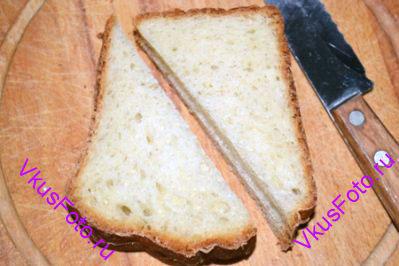 <i>Пудинг по этому рецепту готовится очень просто и быстро. Это прекрасный рецепт для завтрака. Готовый поджаренный хлеб можно полить клубничным или любым другим вареньем.  Если вы не любите сладкое, то хлеб можно обмакнуть в подсоленное яйцо и поджарить. Получится несладкий вариант этого рецепта.</i>  Вчерашний хлеб разрезать на ломтики.