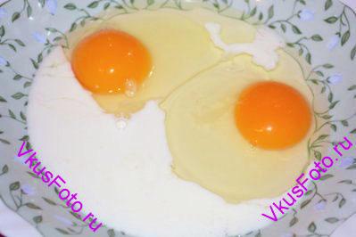 Яйца взбить вместе с ванильным экстрактом.