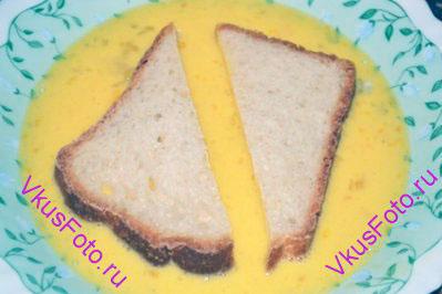 Обмакнуть хлеб в яйцо с двух сторон. Оставляя примерно по 1 минуте на каждой стороне, чтобы хлеб пропитался яичной смесью.