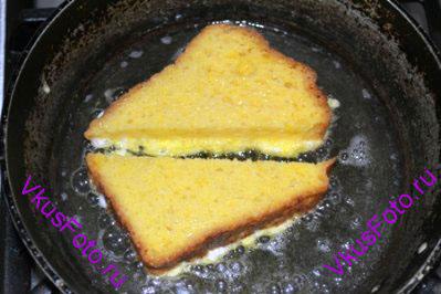 Обжарить ломтики хлеба с двух сторон.