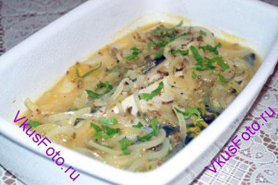 Перед подачей посыпать маринованную рыбу зеленью кинзы.