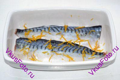 С одного апельсина срезать цедру и нарезать тонкой соломкой. Опустить в кипяток и тут же вынуть. Промыть холодной водой. Повторить два раза. Чтобы удалить горечь.  Цедру положить поверх рыбы.