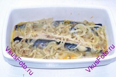 Покрыть рыбу горячим маринадом. Накрыть посуду пищевой пленкой, чтобы как можно дольше сохранить тепло. После того как рыба остынет. Переставить форму в холодильник на 8-10 часов.