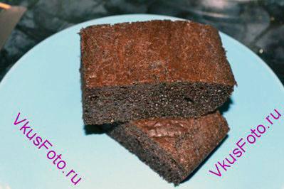 Вынуть шоколадный пирог из духовки и остудить. Нарезать на квадраты.