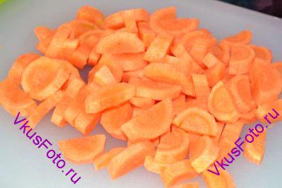 Морковь нарезать ломтиками как полукруг толщиной 4-5 мм.