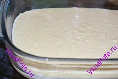 Форму для выпечки размером 35х25 см смазать сливочным маслом. Тесто вылить в форму.