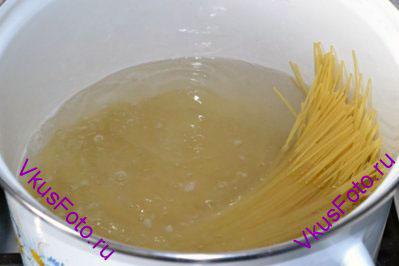 В кастрюле вскипятить подсоленную воду. Сварить спагетти как указано на упаковке.