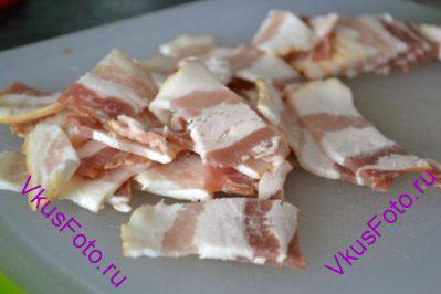 Полоски бекона нарезать поперек шириной 1,5 см. Жарить на сковороде 5-7 минут до золотистого цвета.