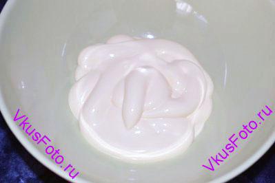 Для приготовления майонезного соуса нужно в миску положить майонез.
