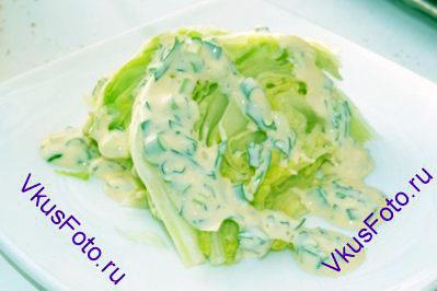Положить салат на тарелку и полить готовой майонезной заправкой.