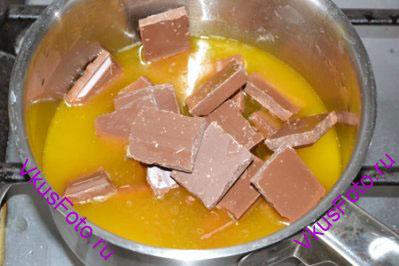 Добавить измельченный шоколад и размешивать до полного растворения.