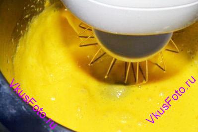 В миске разбить яйца и яичные желтки. Добавить семена ванили.  Взбить яйца миксером до состояния плотной пены.
