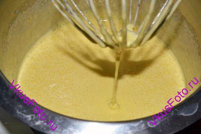 Добавить в яйца сахар в два захода. Взбить в крепкую пену.