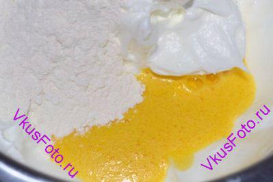 В белки положить взбитые желтки и просеянную муку.