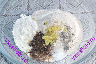 Добавить кориандр, тмин, натертый на мелкой терке имбирь, соль и перец.