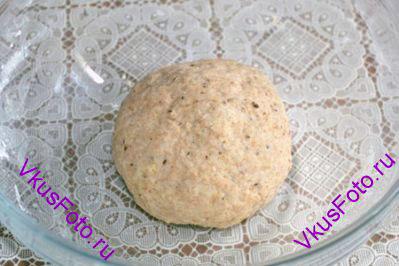 Замесить тесто. Месить примерно 5-7 минут, пока тесто не перестанет прилипать к миске и рукам. И оставить под пленкой на 30 минут.