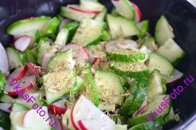 Положить овощи в миску. Добавить слегка растертые семена фенхеля. Посолить.