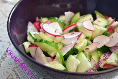 Салат приправить кунжутным маслом.