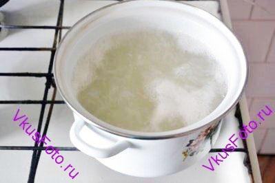 В кипящей подсоленной воде варить рис в течении 10 мин. До тех пор пока рис не станет мягкий снаружи, но твердый внутри.