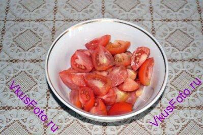 Помидоры крупно нарезать и заправить оливковым маслом, уксусом, солью и перцем. Оставить мариноваться.