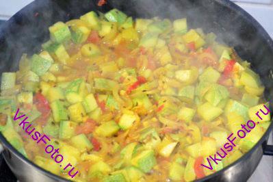 Довести до кипения и тушить овощи 10 минут.