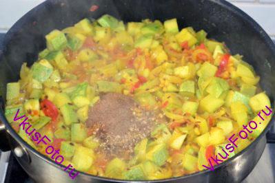 Добавить молотый кориандр и гарам-масала.