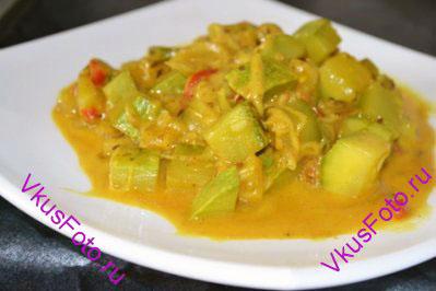 При подаче готовое блюдо можно посыпать листьями кинзы.