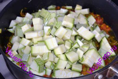 Добавить кабачки нарезанные кубиками примерно по 1,5 см. И влить воду.