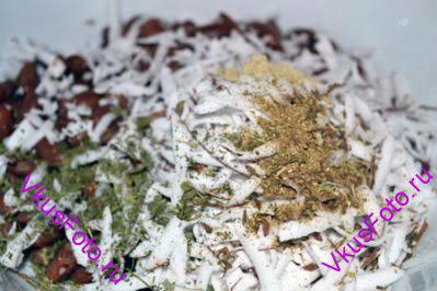 Положить специи: порошок кардамона и тмина, листья пажитника и семена фенхеля растереть. Добавить соль и перец.