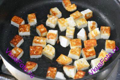 Растопить 2 ст. л. Топленого масла гхи. И обжарить на нем сыр панир нарезанный кубиками 1,5х1,5 см до золотистого цвета.  Сыр выложить на тарелочку.