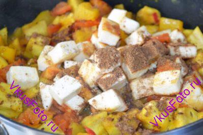 Добавить обжаренный сыр и гарам-масала. Продолжить тушение примерно 7-10 минут, пока баклажаны полностью не приготовятся.
