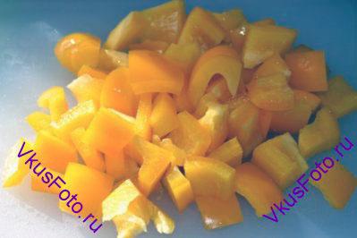 Сладкий перец нарезать на квадратики 2х2 см.