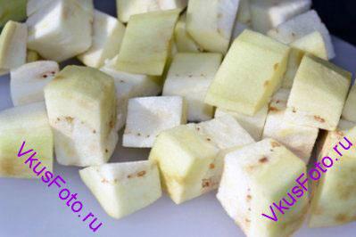 Баклажаны нарезать кубиками примерно 2х2 см.