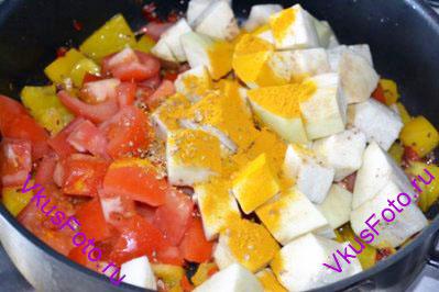Добавить помидоры и баклажан, растертые семена кориандра и куркуму, посолить. Можно добавить воды 1/4 стакана. Тушить под крышкой 10 минут.