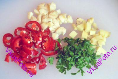 Чеснок, имбирь, перец чили и зелень кориандра порубить.
