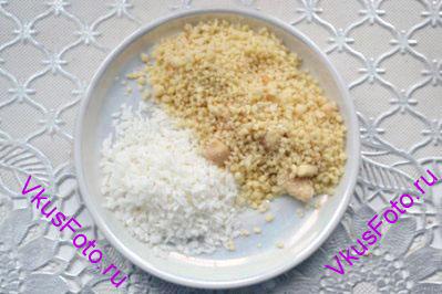 Подготовить кокосовую стружку и молотый миндаль.