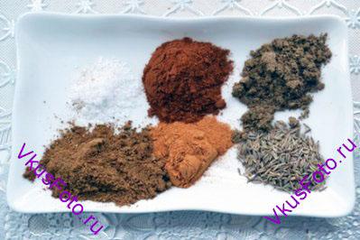 Подготовить специи: кориандр, кумин (зира), кайенский перец, сладкая паприка, гарам масала, морская соль.