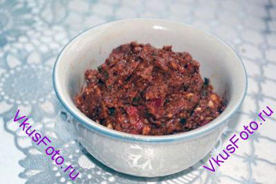 Взбить блендером до однородной массы. Если смесь получается сухая, то можно добавить арахисового масла.