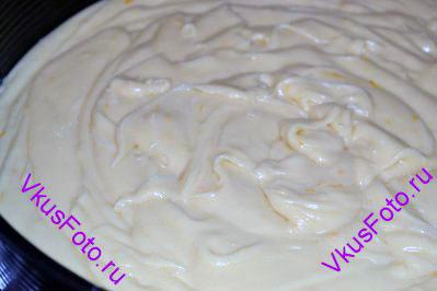 Форму диаметром 28 см смазать маслом. Вылить в нее тесто.