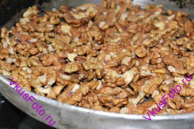 Грецкие орехи слегка поджарить на сухой сковороде.